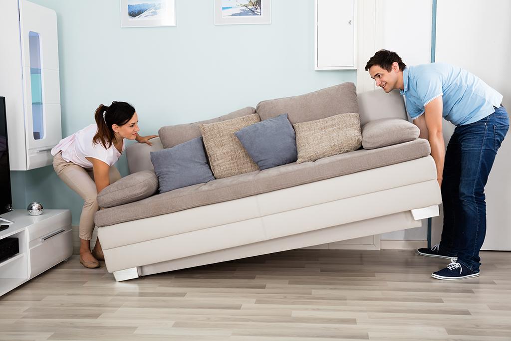 Buscar ayuda para mover el sofá