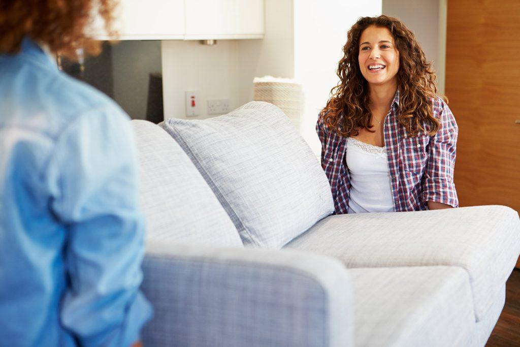 Mover el sofá por las esquinas de la casa
