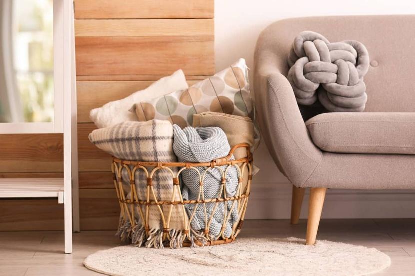 Cómo guardar las mantas de tu sofá en Madrid